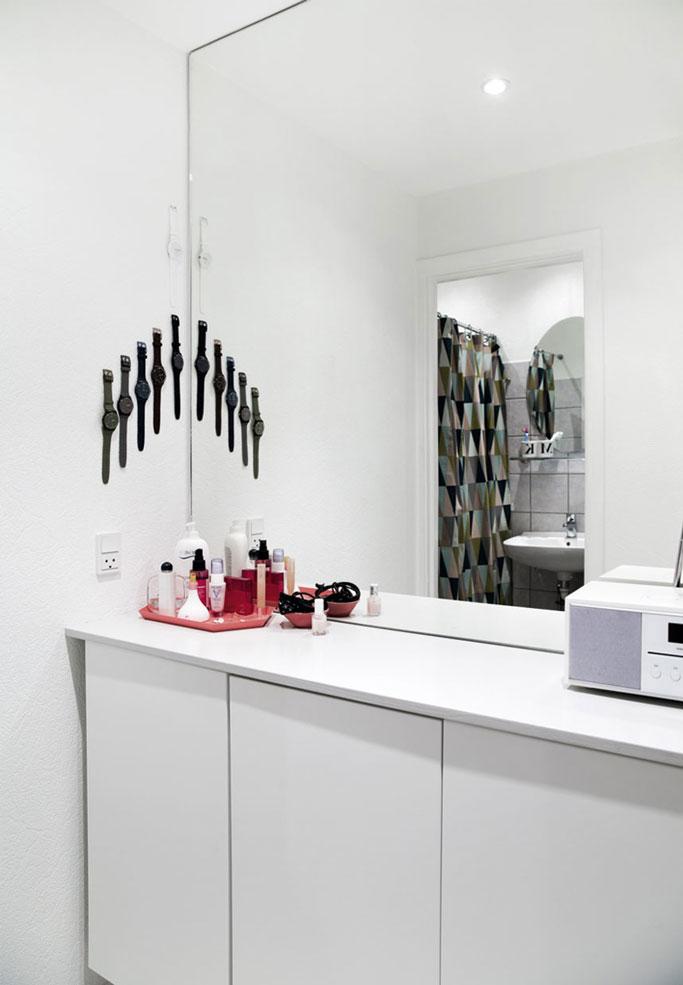 10-baño-en-blanco-con-cortina-de-ducha-de-ferm-living-y-colección-de-relojes-bolig-inspiration-dta