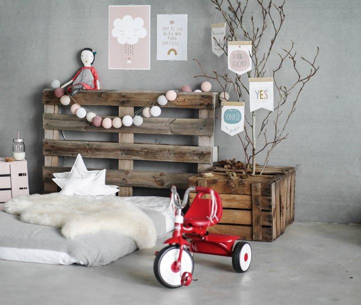 madera reciclada-triciclo-colchon-carteles con mensaje-decoracion