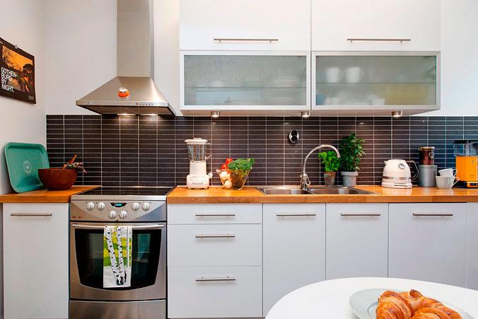 10-cocina-blaca-encimera-madera-decoratualma