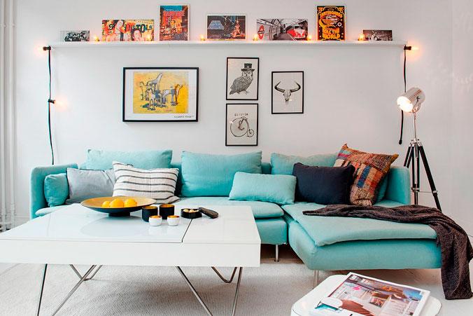 05-sofa-azul-claro-y-decoracion-de-pared-decoratualma