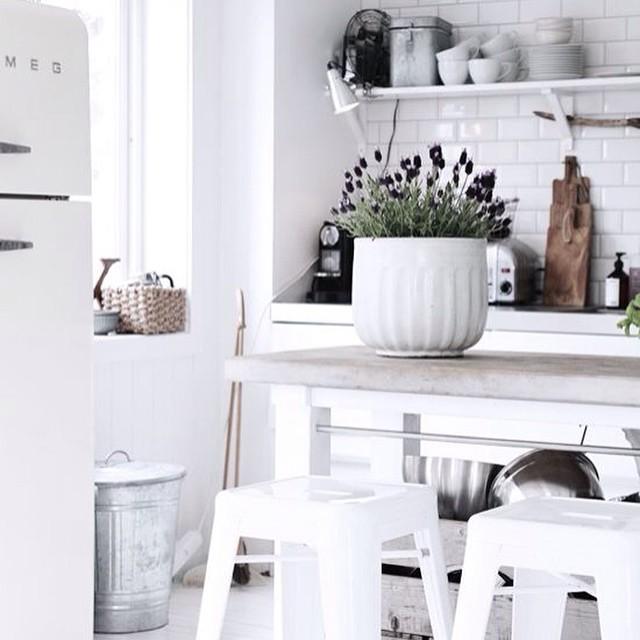 cocina blanca taburetes tolix y macetero