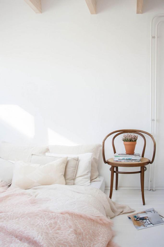 12-cama-en-el-suelo-y-silla-como-mesita-por-elisa-beltran-para-decoratualma