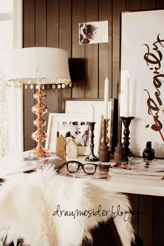 mesa,cuadros,velas,lámpara,gafas