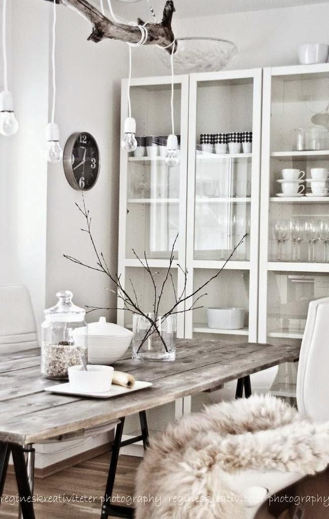 comedor,mesa,madera,estantería cristal,menaje