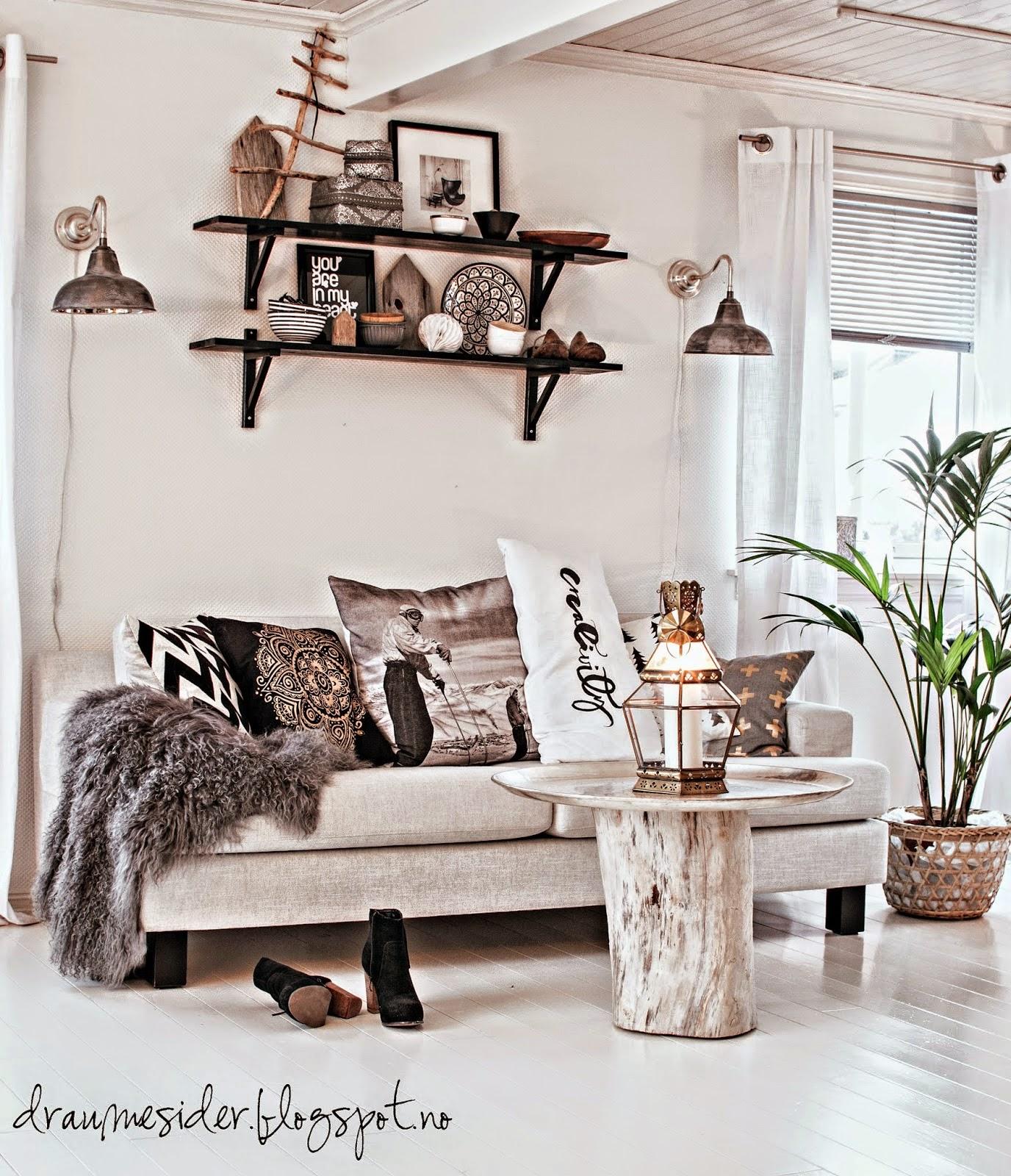 sofá,salón,cojines,mesa árbol,estantería de madera
