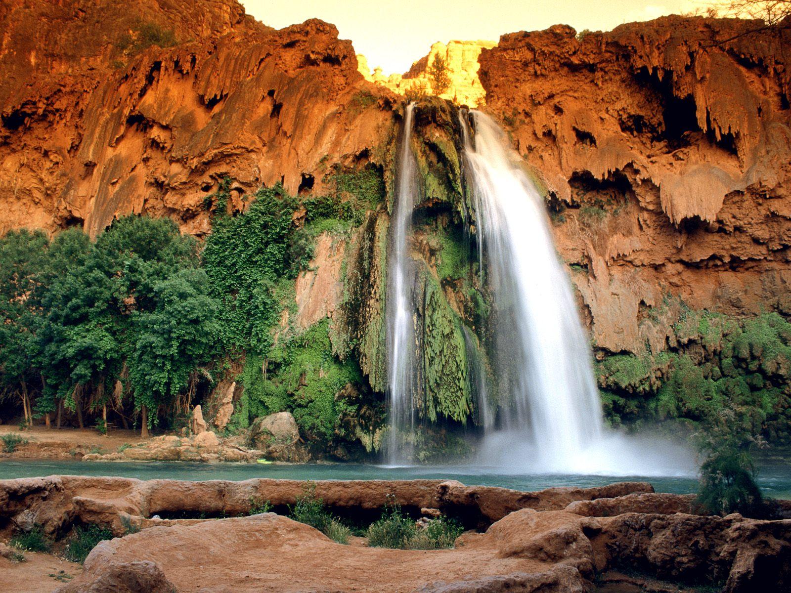 roca rojiza,cascada,agua