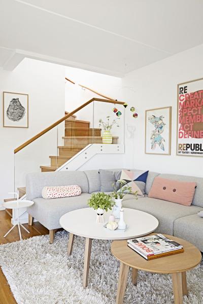 salón,sofá,escaleras,