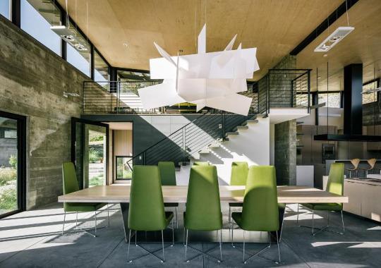 salón,sillas verdes,mesa,lámpara blanca