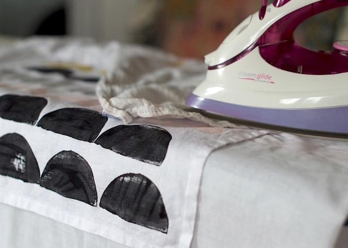 Deja secar durante 24 horas y plancha tu diseño a temperatura alta y sin vapor con una capa de tela entre medias.