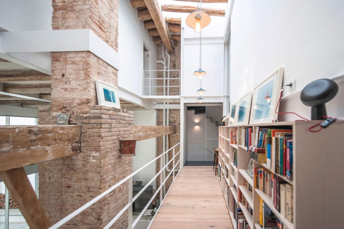 Biblioteca en el pasillo - Loft de estilo industrial
