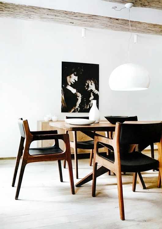 salón con sillas de diseño decoratualma
