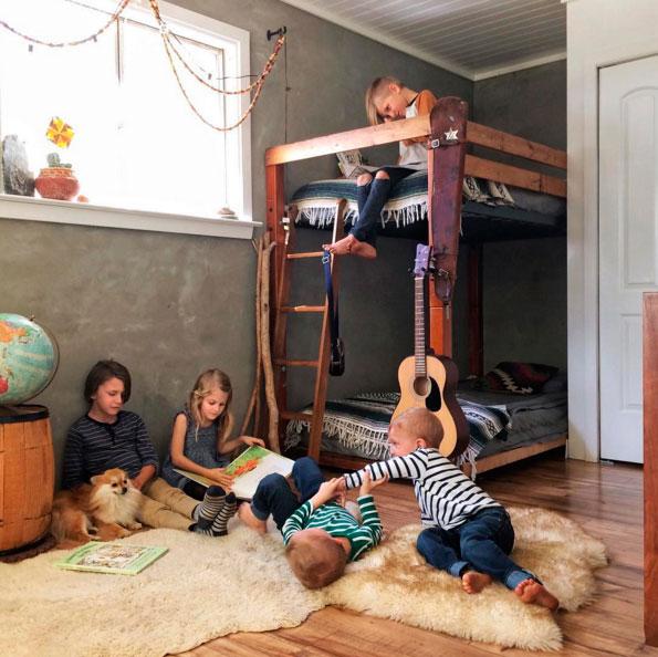 Ig-dormitorio-infantil-con-literas-niños-jugando-decoratualma-dta