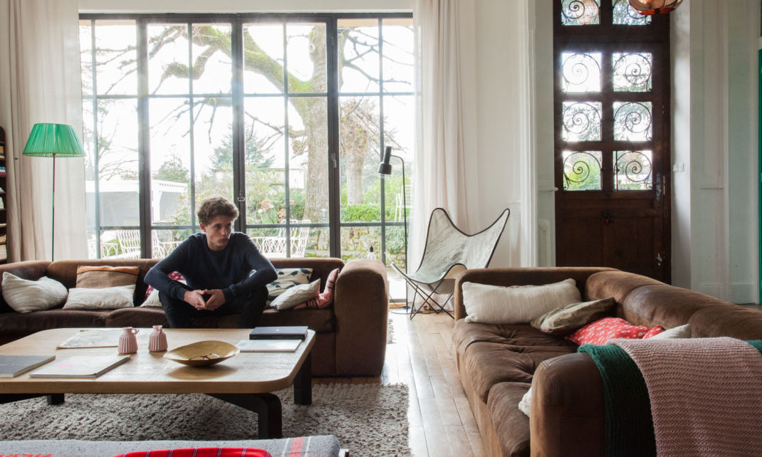 Sala de estar con cristalera y sofas