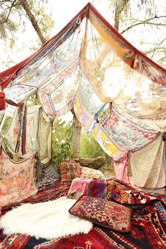 Una tienda de campaña con telas decoratualma dta
