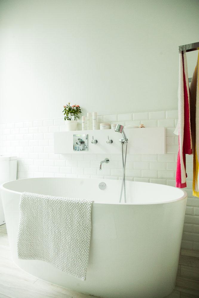 """Chic e industrial. Baldosa de """"metro"""" en el baño de estilo relajado y parisino"""