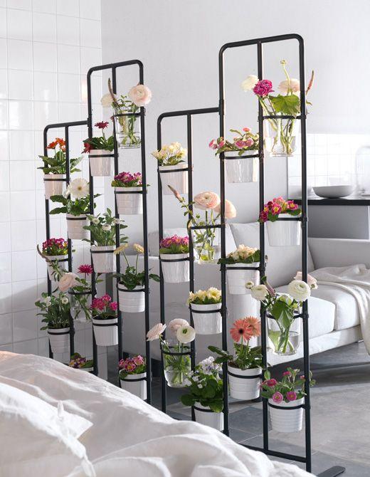 Jardin vertical con maceteros y tuberías