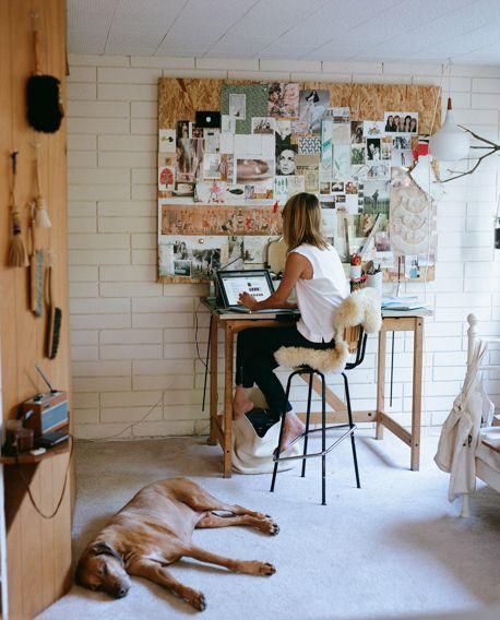Espacio de trabajo con moodboard o tablero de inspiración