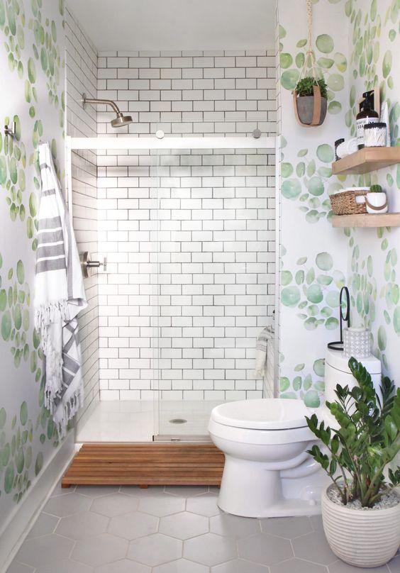 Baño verde moderno y colorido con plato de ducha